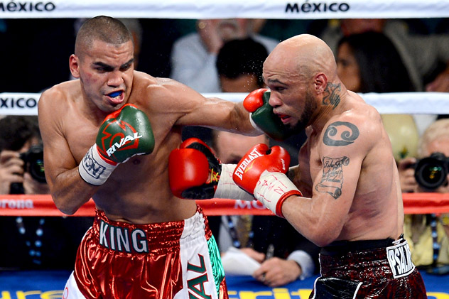 Carlos Molina (L) fighting Ishe Smith for the IBF junior middleweight title on Sept. 14, 2013. Photo by Ethan Miller/Getty Images.