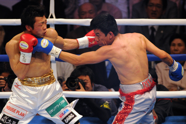 RING/WBC flyweight champ Akira Yaegashi (left) exchanges punches with Odilon Zaleta at Ota City General Gymnasium on April 6 in Tokyo, Japan. Photo by Masashi Hara/Getty Images