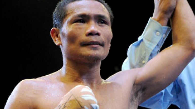 Donnie Nietes knocks out Moises Fuentes, wins RING 108-pound title