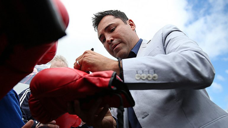 Oscar De La Hoya still a fan favorite at boxing hall of fame weekend