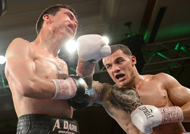 Glen Tapia (R) on his way to scoring an eighth-round TKO over Abraham Han in July 2013. Photo by Naoki Fukuda.