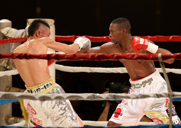 Zolani Tete (right) exchanges punches with Teiru Kinoshita during their IBF 115-pound title bout at Kobe Portopia Hotel on July 18 in Kobe, Japan. Photo by Buddhika Weerasinghe/Getty Images