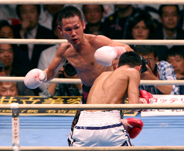 Katsunari Takayama (left) exchanges punches with Shin Ono during his IBF 105-pound title defense at the Bodymaker Colosseum on May 7 in Osaka, Japan. Photo by Buddhika Weerasinghe/Getty Images