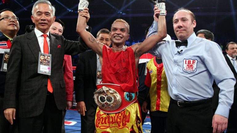 Amnat Ruenroeng retains title in foul-fest vs. Casimero