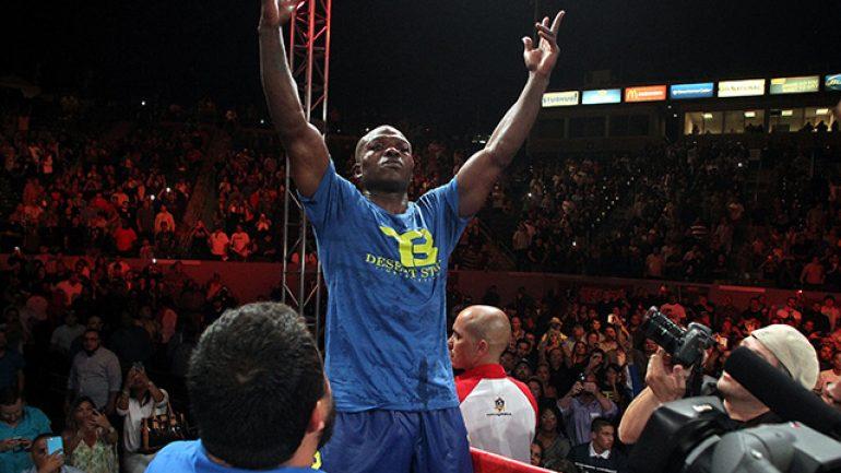 Tim Bradley survives crazy final round to outpoint Jessie Vargas
