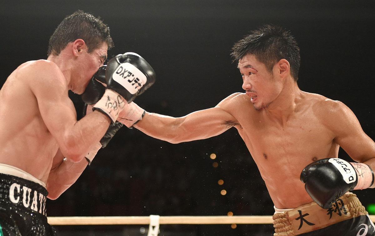 WBC junior featherweight titlist Hozumi Hasegawa (right) vs. Hugo Ruiz. Photo credit: Naoki Fukuda