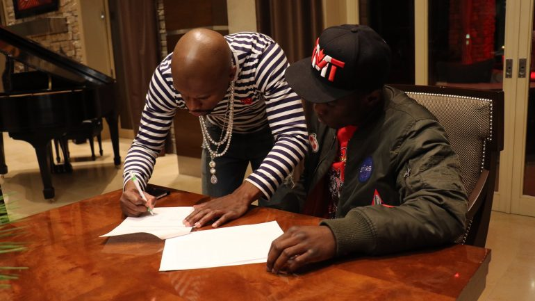 Richardson Hitchins signs with Mayweather Promotions