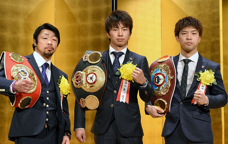 Kosei Tanaka (far right) with fellow titleholders Akira Yaegashi (left) and Ryoichi Taguchi. (Photo by Naoki Fukuda)
