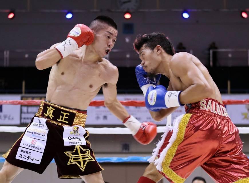 Strawweight Vic Saludar (right) vs. Ryuya Yamanaka. Photo credit: AFP-JIJI