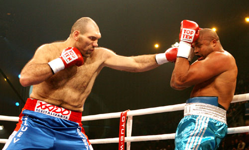 Nicolay Valuev (left) vs. Jameel McCline. Photo credit: David Martin Warr/Don King Productions