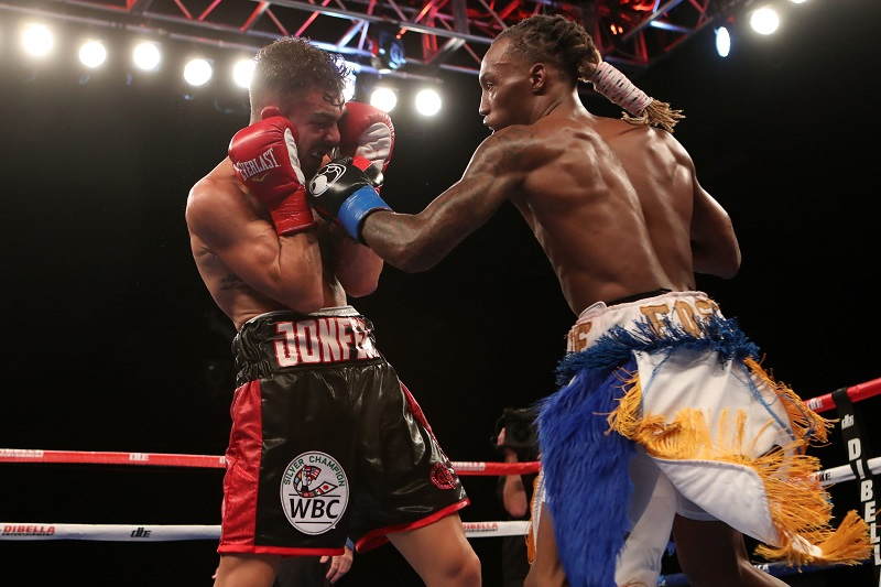 Junior lightweight O'Shaquie Foster (right) vs. Jon Fernandez. Photo credit: Dave Mandel/Showtime