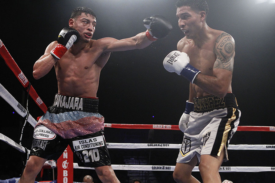 Hector Tanajara (left) vs. Robert Manzanarez. Photo by Derrick Hogan/ Hogan Photos