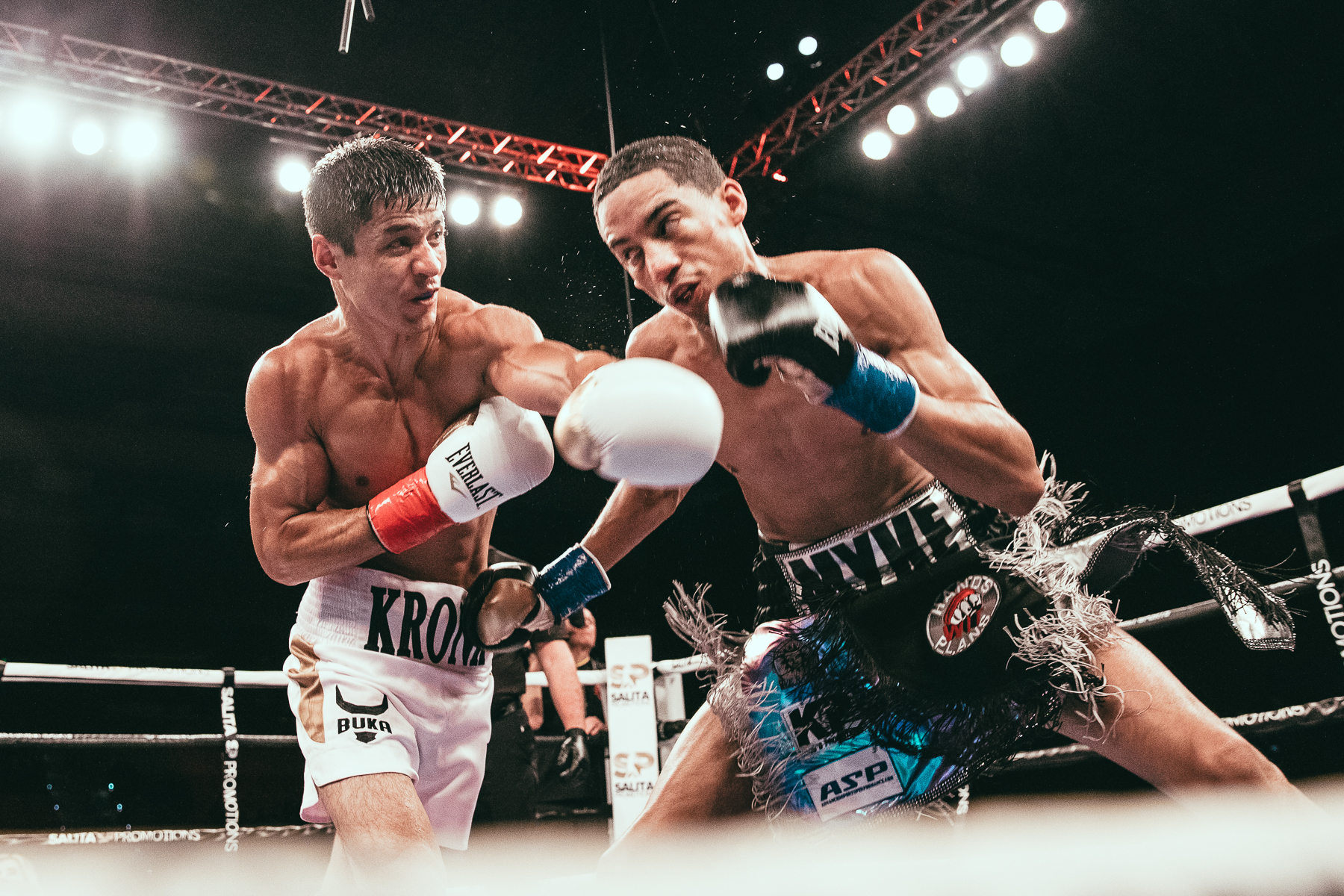 Shohjahon Ergashev (left) connects with a left cross against Mykal Fox. Photo by Rosie Cohe/SHOWTIME