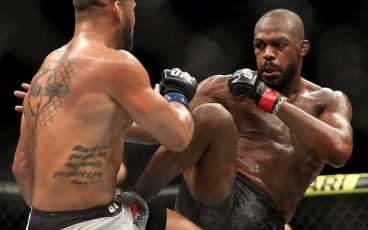 Jon Jones se transforma y pelea de pie