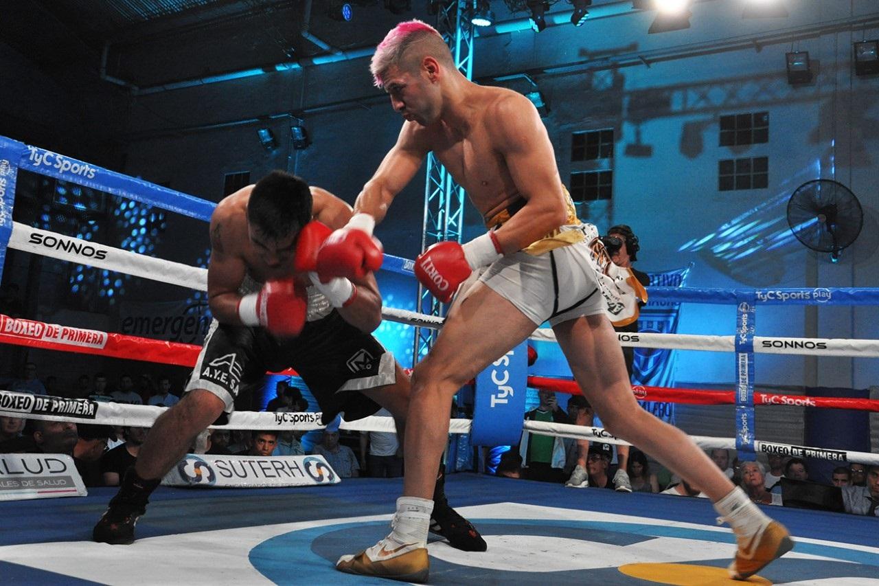 Lucas Bastida (right) vs. David Romero. Photo credit: Ramón Cairo/Argentina Boxing Promotions