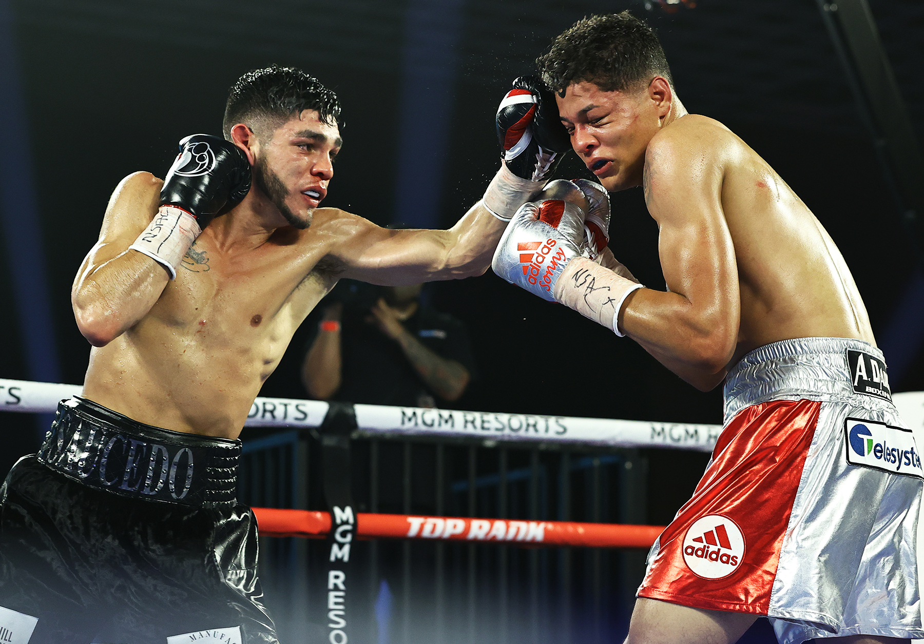 Alex Saucedo (left) vs. Sonny Fredrickson. Photo credit: Mikey Williams/Top Rank