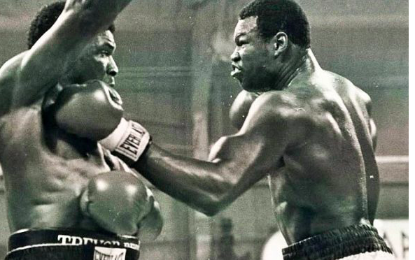 Larry Holmes strikes Trevor Berbick in their 1981 heavyweight match.