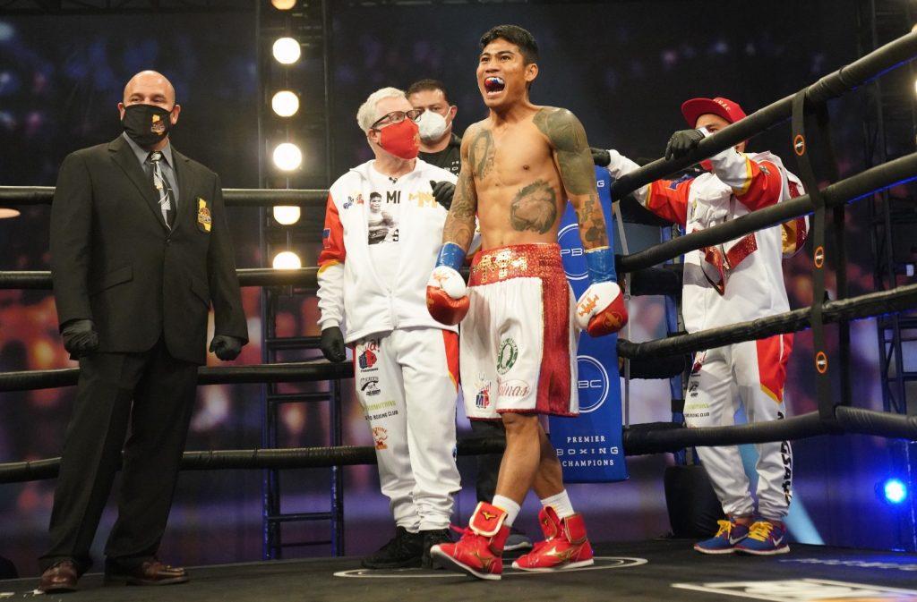 magsayo roach somodio 1024x673 - Mark Magsayo overcomes tough Rigoberto Hermosillo, wins split decision in LA