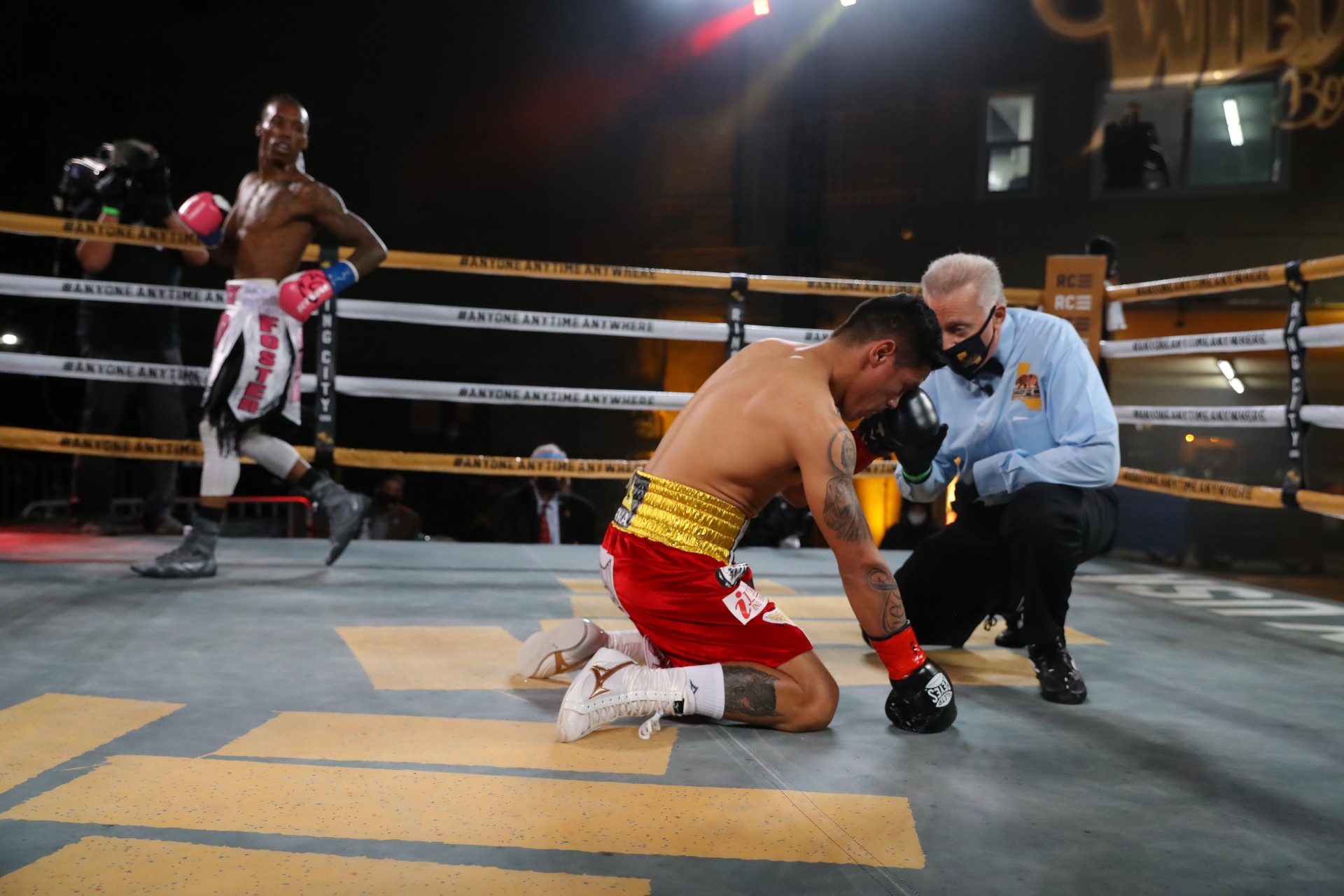 RomanFoster23057 Hoganphotos 1 - O'Shaquie Foster stops Miguel Roman in round 9 in Ring City USA opener