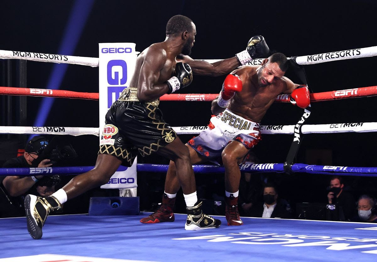 Terence Crawford (left) vs. Kell Brook. Photo by Mikey Williams/Top Rank