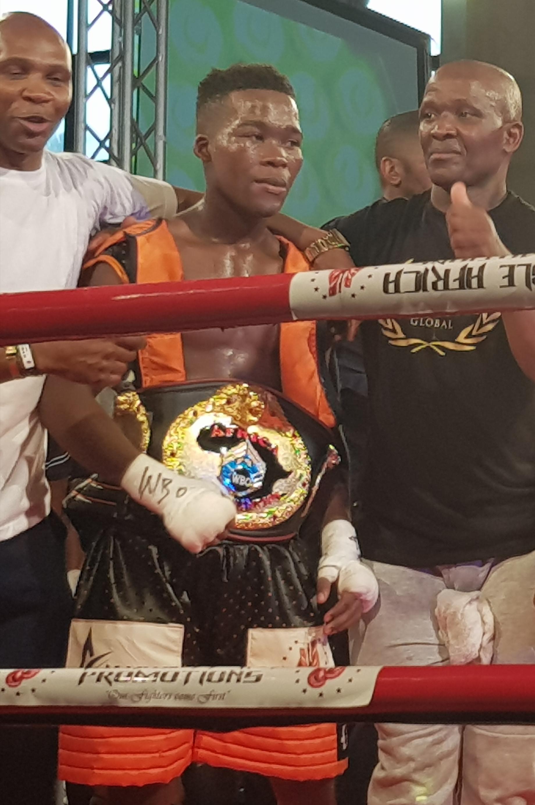Flyweight Luyanda Ntwanambi (center). Photo credit: Droeks Malan